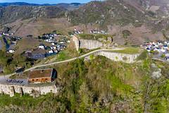 Ein Hügel dominiert das Dorf Mayschoß in Rheinland-Pfalz. Luftaufnahme