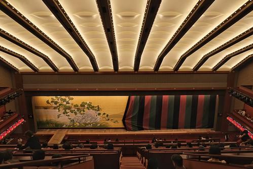 L'ouverture des rideaux dans la salle du Kabuki-za dans le quartier de Ginza à Tokyo