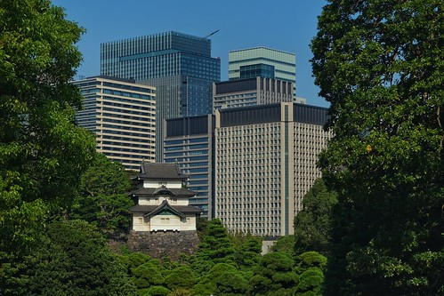 Tour de garde Fujimi-yagura du Palais Impérial de Tokyo et les immeubles du quartier d'affaires