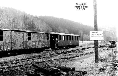 DE-09518 Großrückerswalde Bahnhof Deutsche Reichsbahn/Preßnitztalbahn Packwagen 974-331 und Personenwagen 970-628 im April 1991