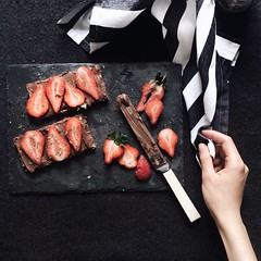 Slices strawberries on chopping board - Credit to https://homegets.com/