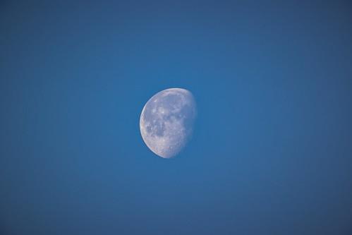 La lune va se coucher.