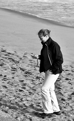Woman at the beach consulting the messages/mails received