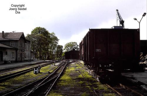 DE-01471 Radeburg Bahnhof Lößnitzgrundbahn Deutsche Reichsbahn mit Rollwagen im Mai 1991