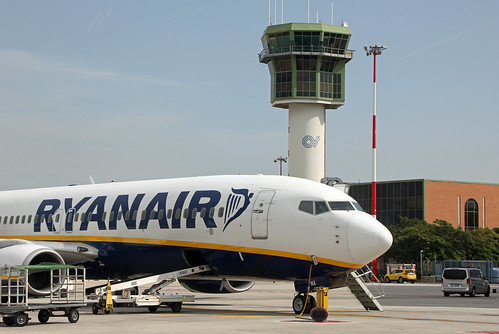 Boeing of Ryanair with Neapel Tower