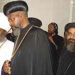 الراهب القمص حياة الأثيوبي المحرقي مع أبونا باولوس بطريرك أثيوبيا (7)