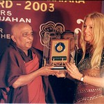 Globally known buddhist leader, Venerable Suddhananda, presenting Vassula with the prestigious Peace Gold Award in 2003 for her work to propagate peace in the world.