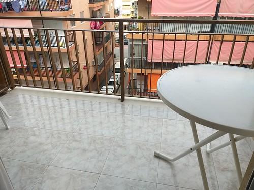 Terraza soleada situado en pleno centro. Solicite más información a su inmobiliaria de confianza en Benidorm  www.inmobiliariabenidorm.com
