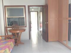 Gran salón comedor, muy soleado, con cocina independiente. Solicite más información a su inmobiliaria de confianza en Benidorm  www.inmobiliariabenidorm.com