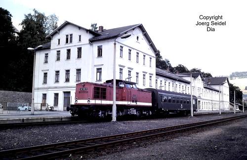 DE-08248 Klingenthal (Vogtland) Bahnhof Deutsche Reichsbahn Diesellok 112 781 mit Bghw-Wagen im Juli 1991