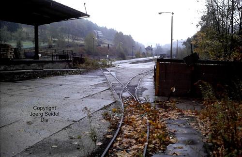 DE-08315 Lauter (Erzgebirge) Papier- und Kartonfabrik  Feldbahngleisanlagen am Bahnhof Lauter  im Oktober 1991