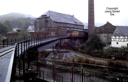 DE-08315 Lauter (Erzgebirge) Papier- und Kartonfabrik Feldbahnbrücke über das Schwarzwasser im Oktober 1991