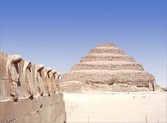 Le mur des cobras et la pyramide à degrés (Saqqara, Egypte)