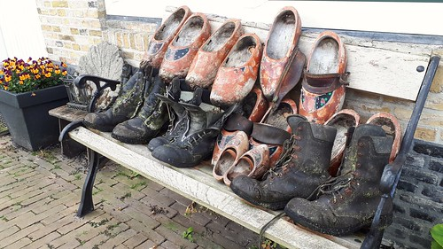 Stay home ... Walking and wooden shoes retirement, Woudsend