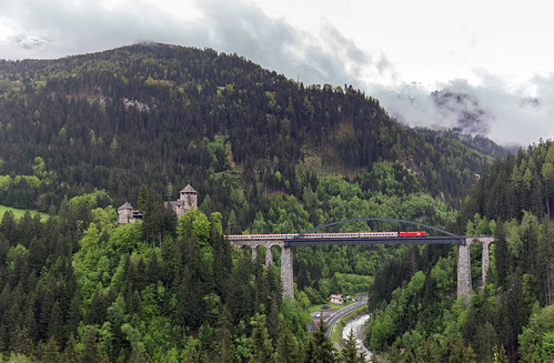 ÖBB Taurus. Trisannabrücke und Schloss Wiesberg
