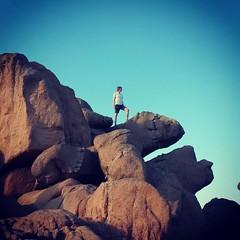 Junge auf Felsen