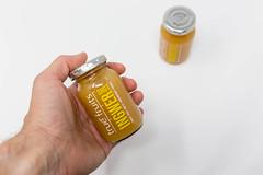 Gesunde Energy-Boosters: Mann hält ein Ingwer Shot von true fruits in der Hand