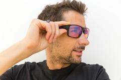 Gamer trägt Brille mit Blaulicht-Filter von Horus X. Porträt vor weißem Hintergrund