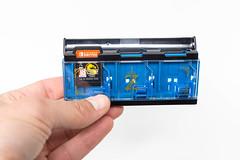 Mann hält den Zelda Pop & Lock Spielekartenhalter für Nintendo Switch in der Hand vor weißem Hintergrund