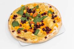 Yoga-Pizza Vegan von Followfood auf dem Teller vor weißem Hintergrund. Diese Pizza ist traditionell in Italien gebacken