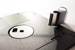 USB-Speicherstick auf einer alten Floppy-Diskette