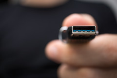 Person übergibt ein USB-Stick mit sensiblen Daten