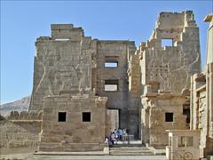 L'entrée du temple de Ramsès III à Médinet Habou en 2002 (Égypte)