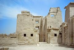 L'entrée du temple de Ramsès III à Médinet Habou en 1996 (Égypte)