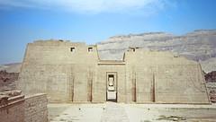Le premier pylone du temple de Ramsès III à Médinet Habou en 1996 (Égypte)