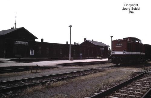 DE-08539 Schönberg (Vogtland) Bahnhof Deutsche Reichsbahn Diesellok 110 868-7 (DB AG 201 868-7) imJuli 1991