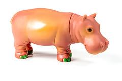 Nilpferd-Spielzeug aus Kunststoff vor weißem Hintergrund