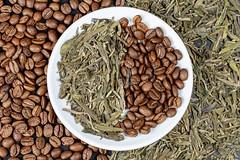 Hintergrund mit getrockneten Teeblättern und Kaffeebohnen. Aufnahme von oben