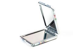 Offener Taschenspiegel auf weißem Hintergrund