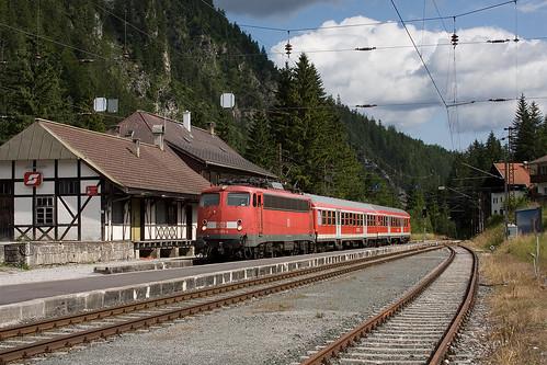 110 493 mit einer Regionalbahn im Bahnhof Ehrwald-Zugspitzbahn