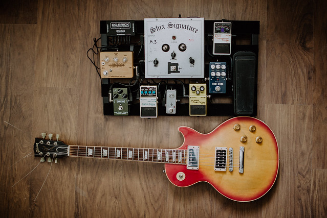 Photo:Gibson Les Paul and pedalboard from above. By shixart1985
