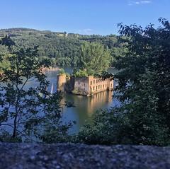 Oh! Un château dans l'eau! C'est le château du Grandval à Teillet! #castle #tourisme #tourism #tarn #tarntourisme #tourismetarn #teillet #aqua #lake #nature #trees #sunshine #amazing #amazinglandscape #landscape #landscapephotography #chateaugrandval #gra
