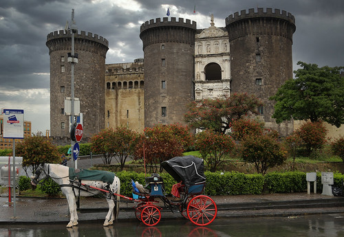 No queue at the carriage in front of the Castel Nuovo