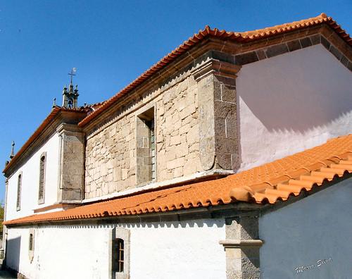 Aldeia - a igreja matriz vista de lado e traseiras