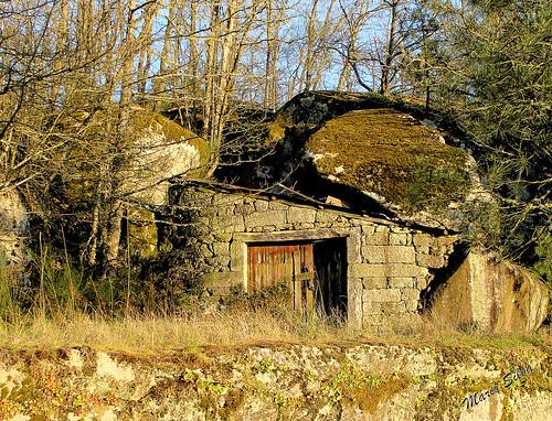 Aldeia - a antiga garagem construída entre fragas