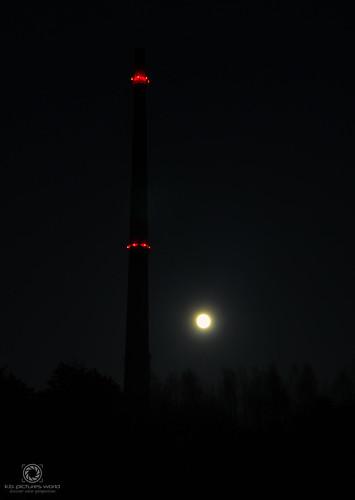 Auch bei Nacht gut zu sehen – Hohe Esse Halsbrücke (einst höchster Ziegelschornstein Europas!)