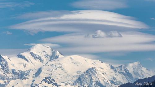 Nuages lenticulaires sur les Alpes