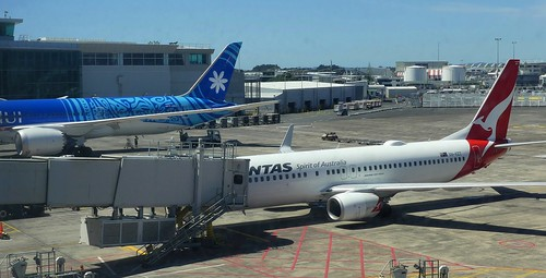 F-ONUI Air Tahiti Nui Boeing 787 Dreamliner (c.2018) (4) and VH-VZT Qantas Boeing 737-800 (c.2011) (2)