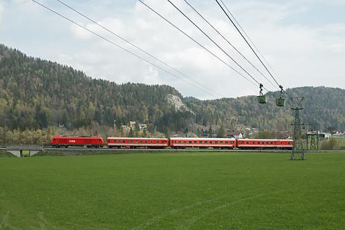 MAV Schienenprüfzug mit 2016 043 an der Materialseilbahn des Zementwerkes Schretter