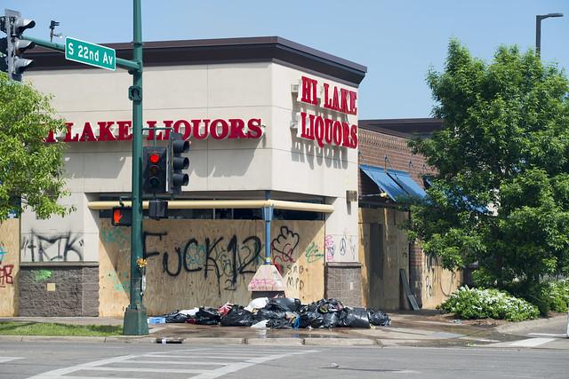 Photo:Lake Street Hi-Lake Liquor By Fibonacci Blue