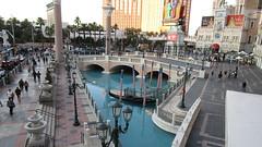Nevada - Las Vegas: The VENETIAN - a huge water pool in the desert city - fascinating!