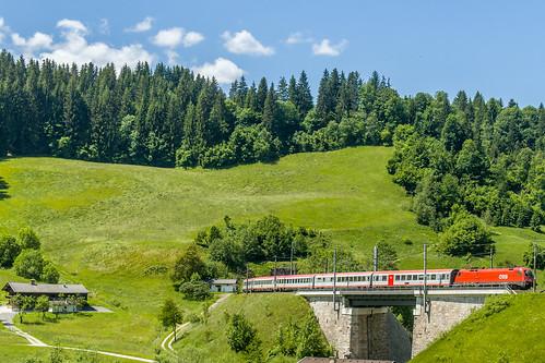 """Trainspotting in Tyrol (Austria): EC 163 (Feldkirch-Graz) on """"Windauer Bogen""""."""
