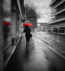 The woman with the red umbrella is not pure hearts that avoid downpour, but people with umbrellas.