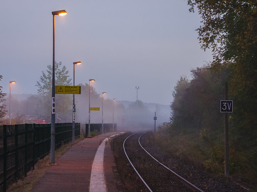 Quai de gare brouillardeux