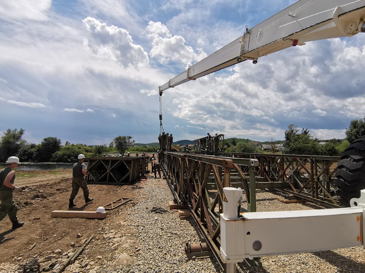 Inženjerijska pukovnija pomaže civilnim strukturama u Karlovcu