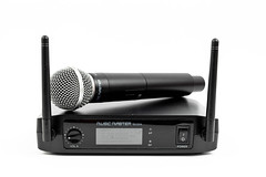 Vocal microphone with receiver with antenas above white background
